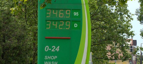 Megint emelték - hosszú távon 350 forintos benzinárra kell felkészülniNyíregyháza - Szerdán 6 forinttal ment feljebb a benzin és öttel a gázolaj. A szakértő szerint nem lesz már 300 alatt, de 450 felett sem az ár, marad a 350 forint.