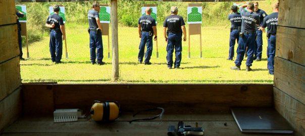 Napkoron az ország legjobb határrendészeiNapkor - Ujjlenyomatot ellenőriztek, fegyvert kerestek, lőttek és vezettek a rendőrök a versenyen. Az ország 70 legjobb határrendésze jött el.