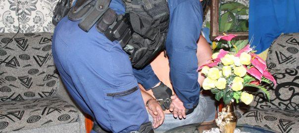 Újra kattant a bilincs a baktalórántházi férfi csuklójánBaktalórántháza - Fél év alatt már másodjára veszik őrizetbe a férfit, most a családját is bevitték a rendőrök drogárusítás gyanújával.