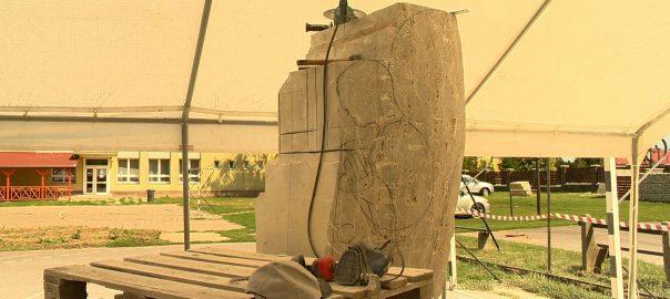 Öt ország nemeztközileg elismert művészei készítenek szobrokat Kállósemjénben.