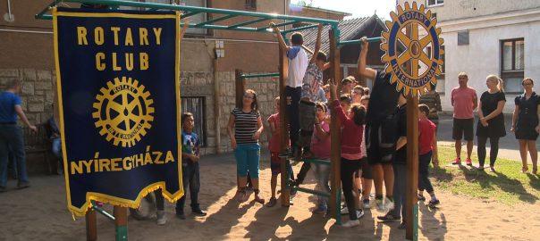 650 ezer forintos forrásból épített a Rotary Klub új játszósarkot a Bárczi Gusztáv Általános Iskola és Készségfejlesztő Iskola udvarára.