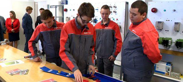 Valós munkakörülmények között teljesíthetik gyakorlati képzésüket ezentúl a villanyszerelő tanulók Nyíregyházán.