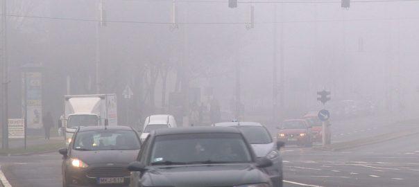 Sűrű a köd kora reggel és késő este az utakon, viszont sokan nem használják megfelelően a gépjármű világításait.