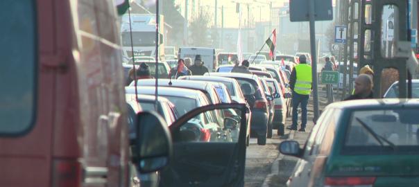 Tüntetést szervezett pénteken a Vasas Szakszervezeti Szövetség Nyíregyházán a Debreceni út kivezető szakaszán déltól 16 óráig.