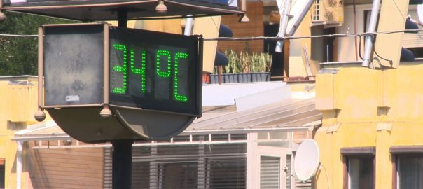 Másfél év után először adtak ki vörös meteorológiai riasztást az országban hétfőre, a nagy hőség miatt.